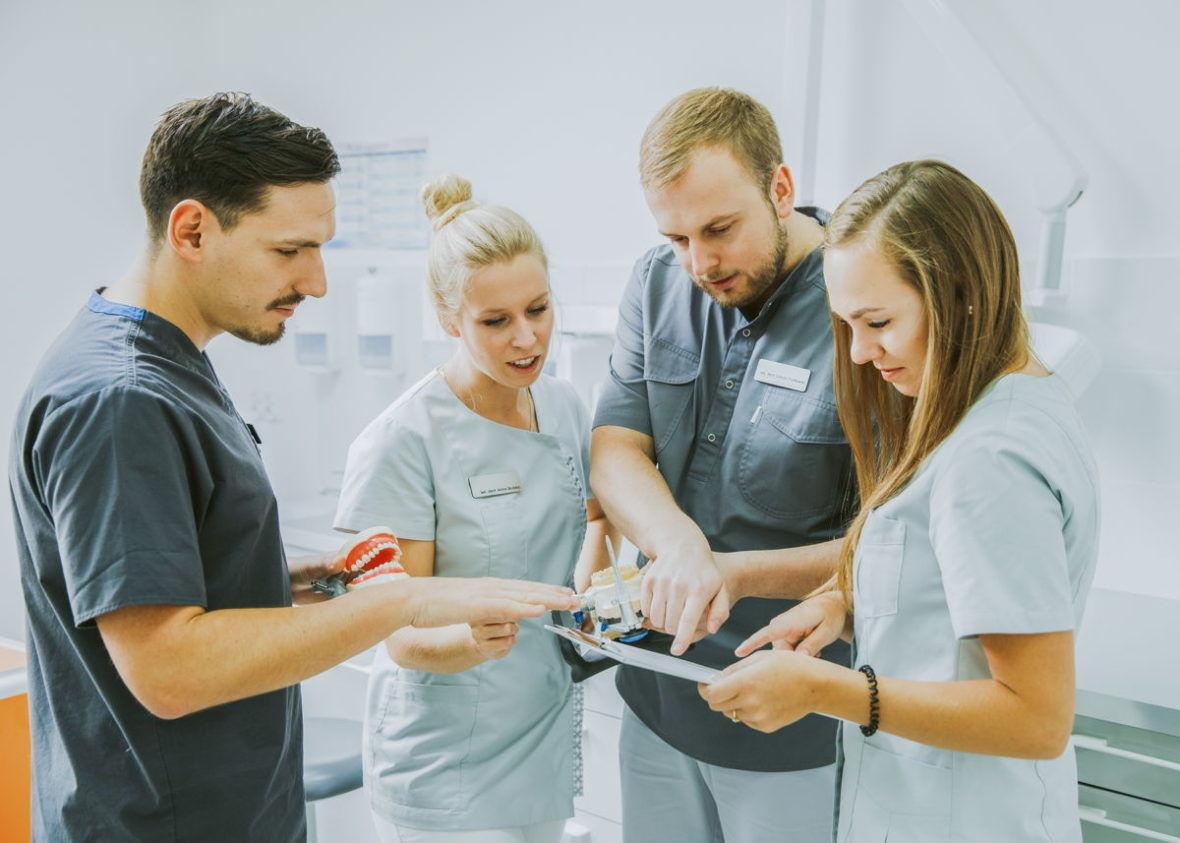 usługi stomatologiczne dentysta podlewski konsultacja specjalistyczna toruń
