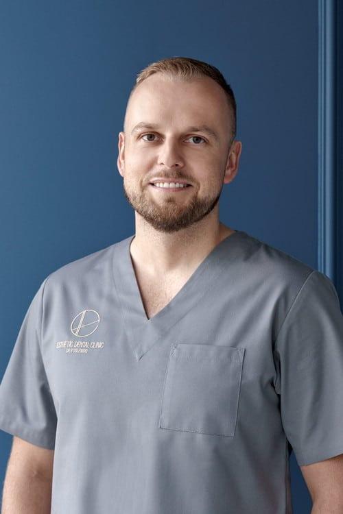 dr nauk medycznych Łukasz Podlewski chirurg stomatologiczny Toruń