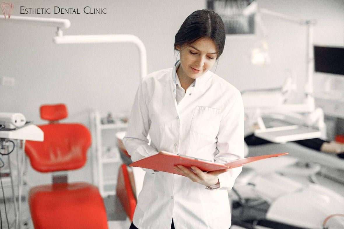 zalecenia stomatologa po wszczepieniu implantów zębów