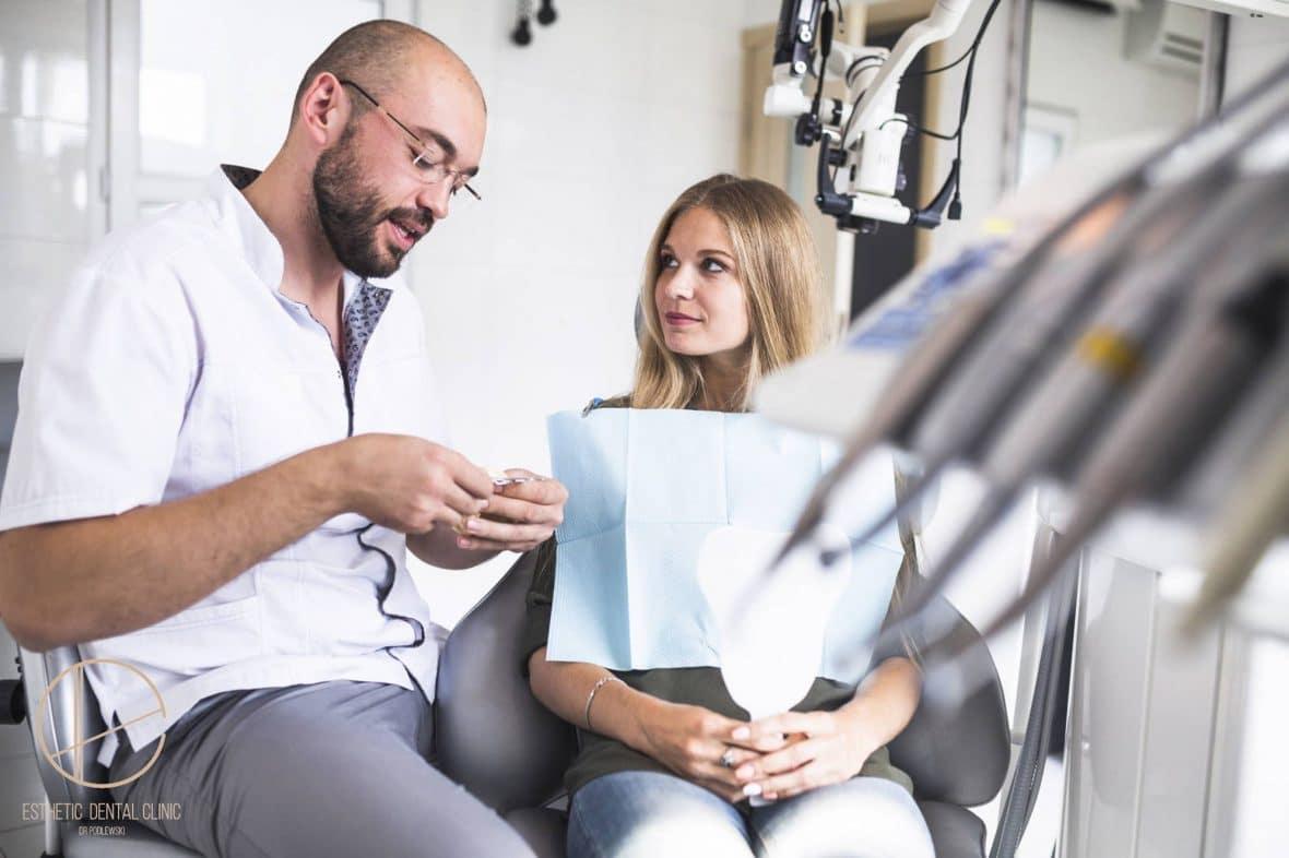 Dentysta Toruń omawia z pacjentką zalecenia po usunięciu zęba w gabinecie stomatologicznym